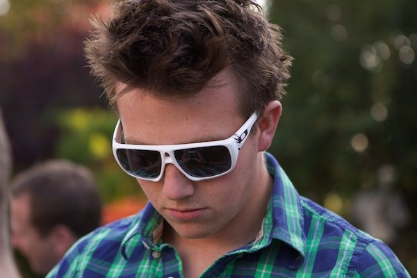 Portrait of a young man in sunglasses, demonstrating soft background technique in photography