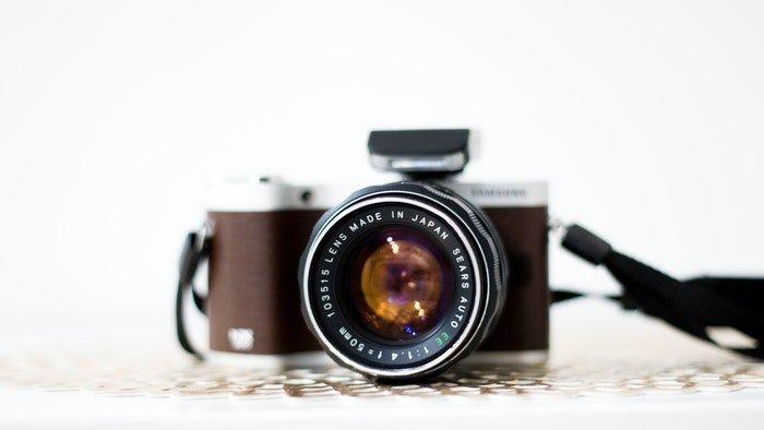 带定焦镜头的棕色相机