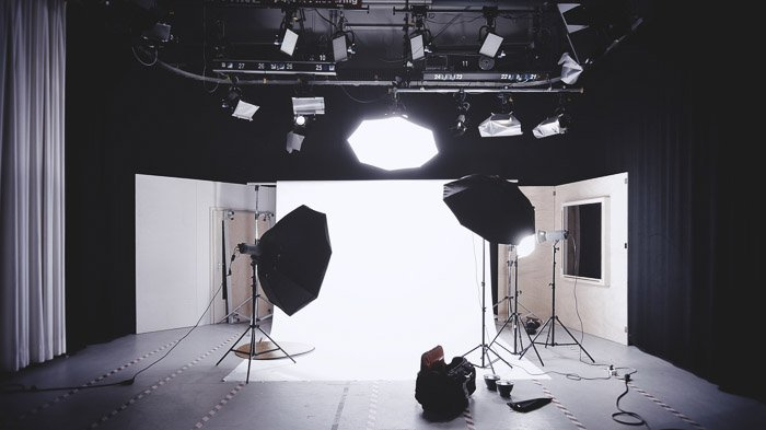 Example of a studio lighting setup with light modifiers and background