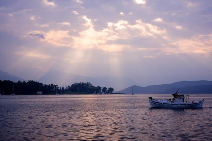 日落时湖上的小船
