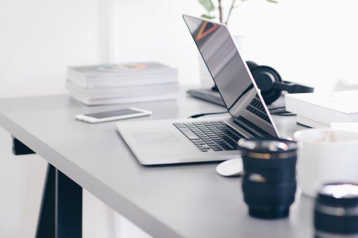 在桌子上的一个打开的笔记本电脑