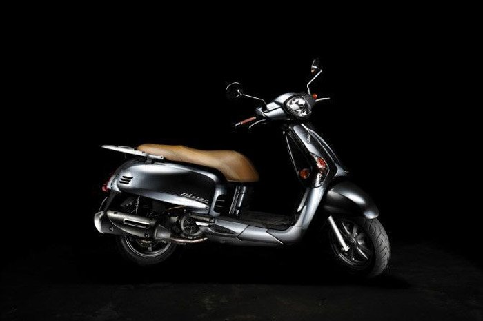 Lighting a scooter with one Speedlite for a product photography shoot