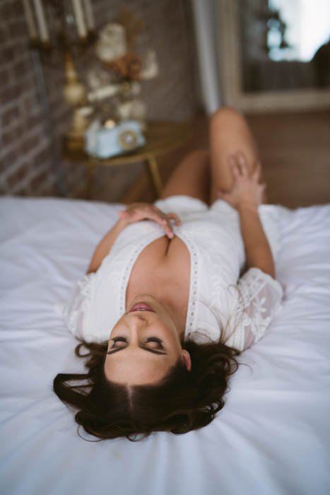 boudoir photo posing on bed