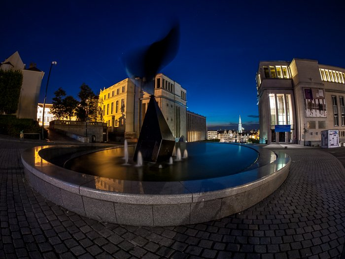 night photograph of a fountain at Mons des Arts (Brussels, Belgium).