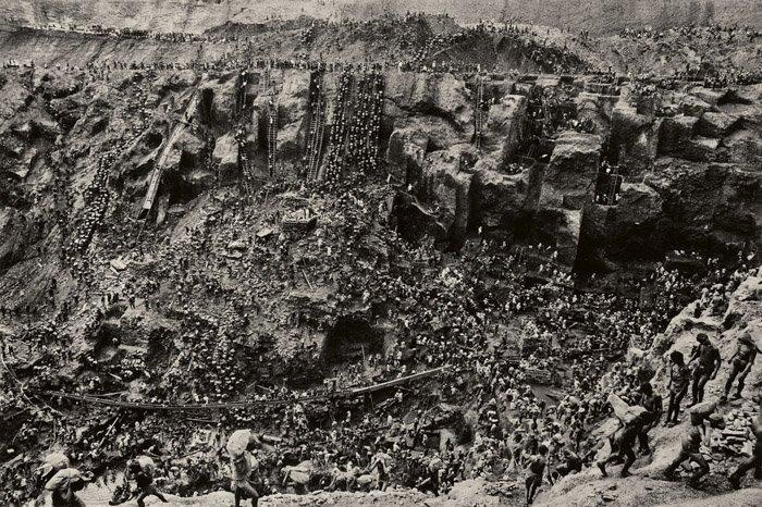 Sebastião Salgado impressive high angle shot of a valley and hundreds of workers - famous photographers