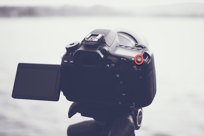 Image of a DSLR on atripod with the back button focus highlighted - food photography focusing tips