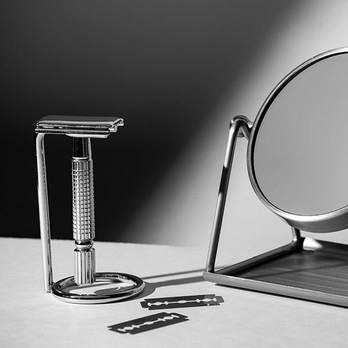 产品造型照片,剃须刀旁边的镜子