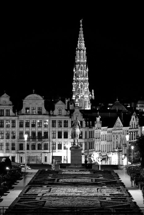 Mons des Arts by night, in black and white.