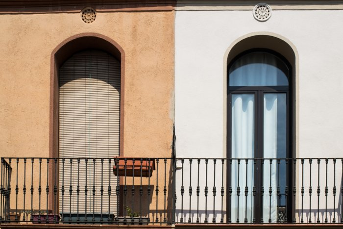 Two different coloured window sills on a balcony