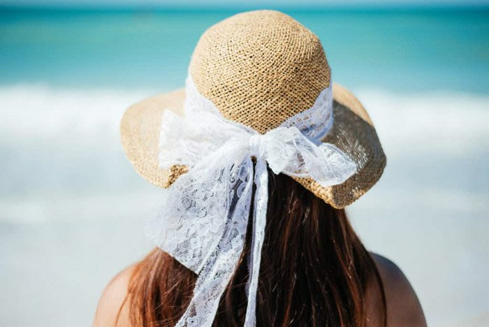 An outdoor portrait of a girl in straw hat - how to blur background in smartphone photos