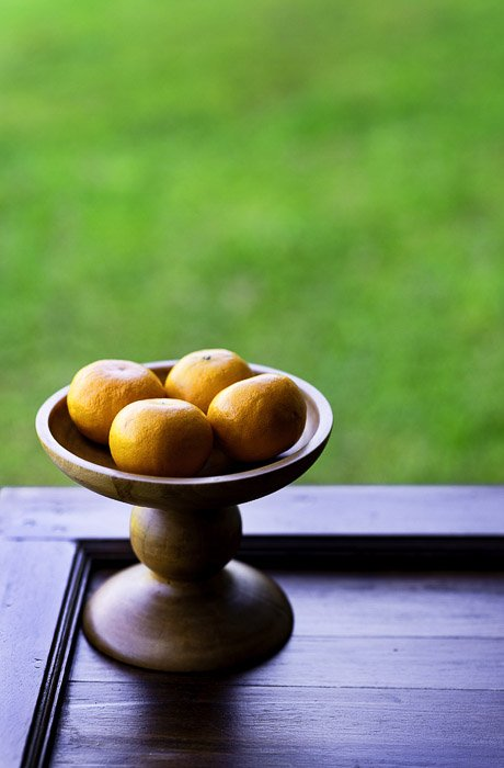 A bowl of oranges by a window, photo using the brenizer effect