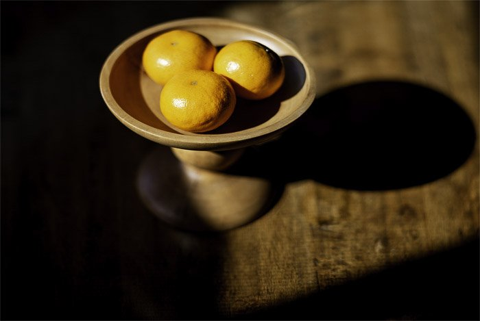 A bowl of oranges by a window, photo using the brenizer method