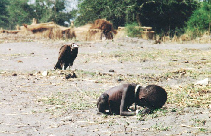 Starving Child and Vulture - Kevin Carter (1993) controversial photos