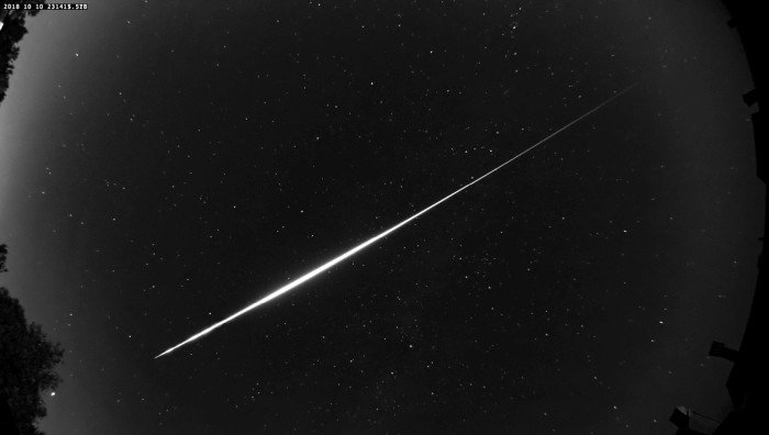 A Bolide meteor photographed near Brussels. How to photograph a meteor shower