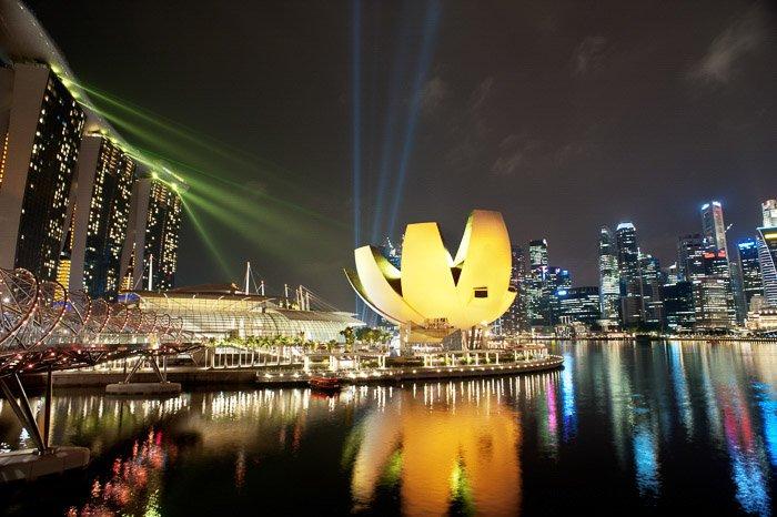 A stunning Singapose cityscape at night