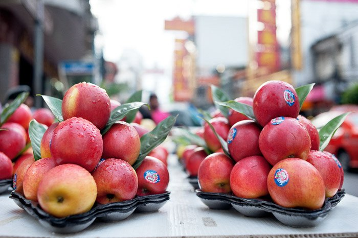 Two trays of red and yellow apples -shallow vs deep depth of field