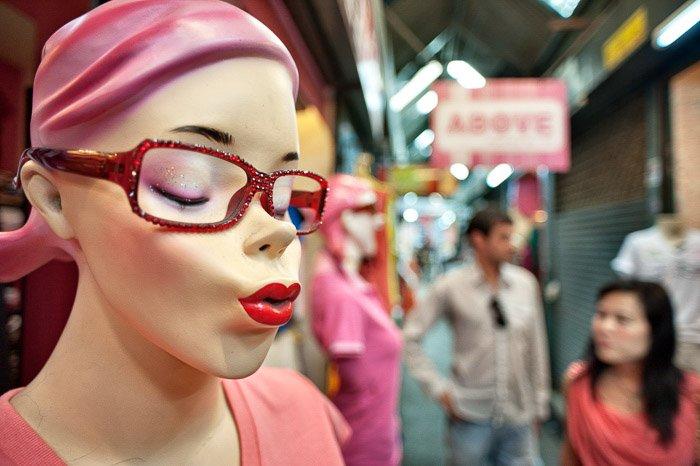 A portarit of a mannequin at a market - shallow vs deep depth of field