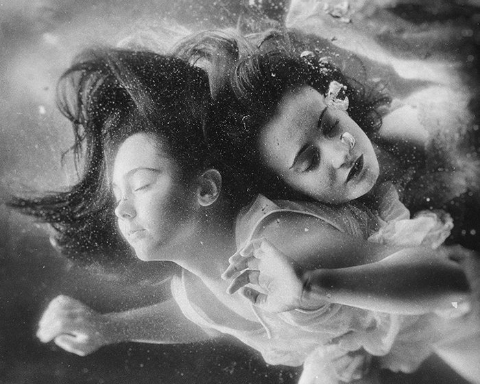 Surreal underwater portrait of two female models shot in monotone - fine art photography mistakes