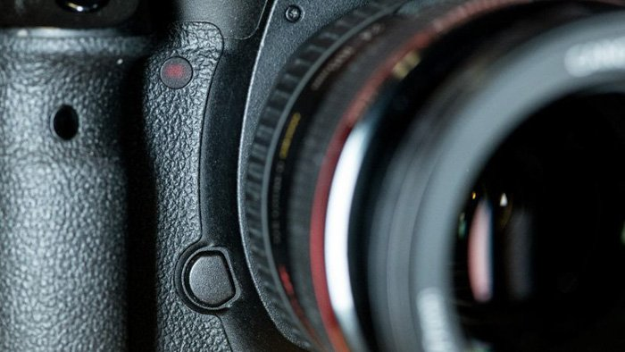 A close up of a DSLR camera and lens - how to use manual focus