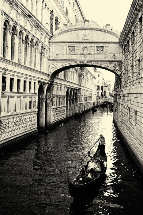 The bridge of Sigh's, one of the most well known bridges in Venice - how to take great venice photos