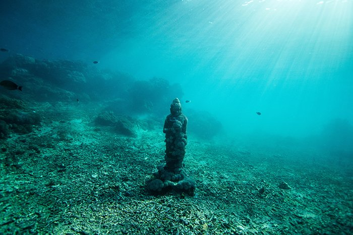 Cool underwater photography of a statue at the bottom of the sea