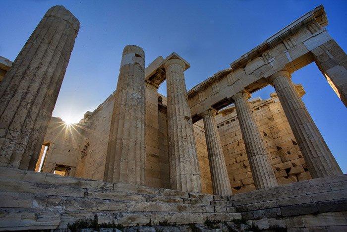 A photo of classical ruins - wide vs narrow aperture