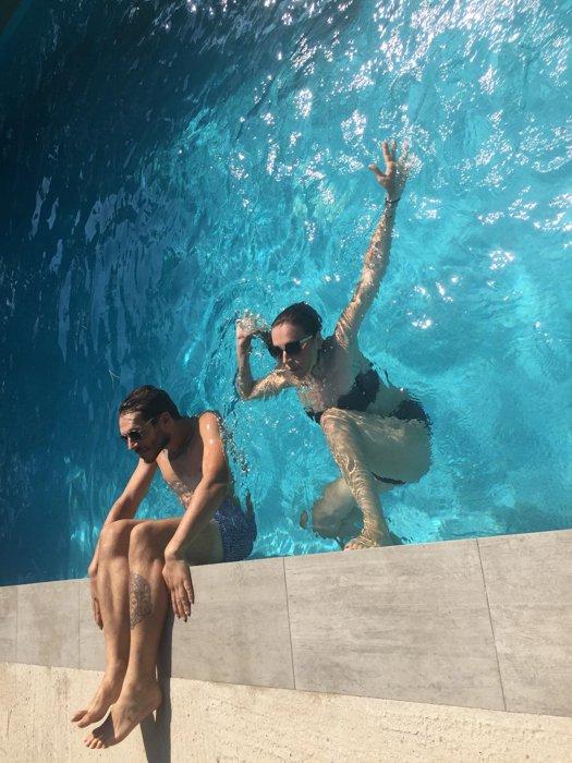 一对夫妇在游泳池里顺时针旋转了90度