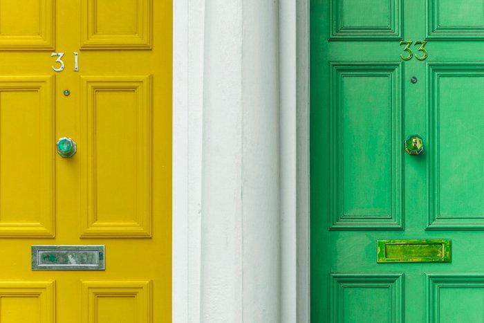 两扇门的形象;一黄一绿