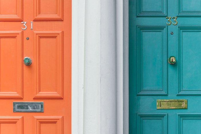 两扇门的形象;一个橙的,一个绿的