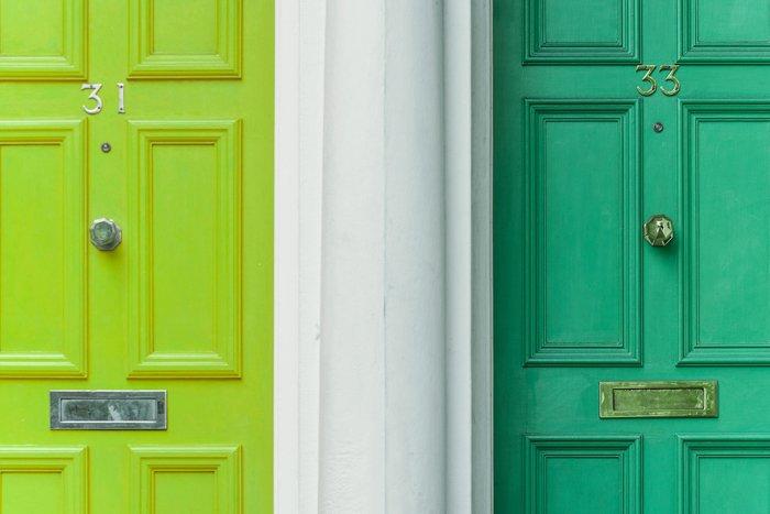 两扇门的形象;一个亮绿色和一个翡翠绿色