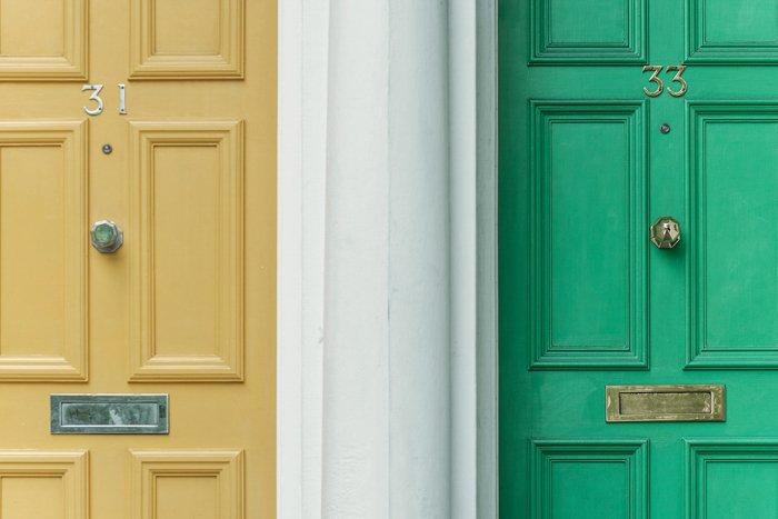 两扇门的形象;一个芥末黄和一个绿