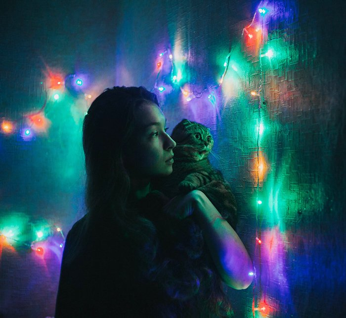 Portrait photo of a girl with a cat on her shoulder