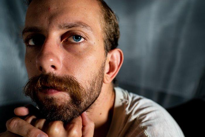 一个有着明亮蓝眼睛的男人的特写肖像