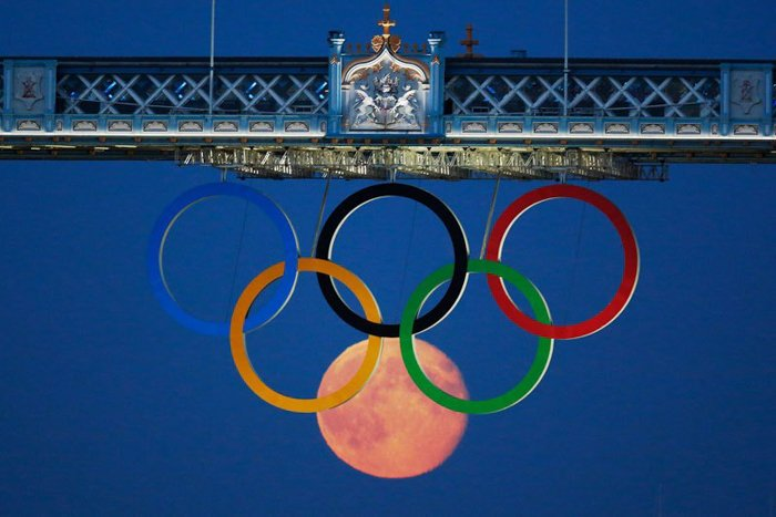 Photo of the Olympic rings and the moon under them