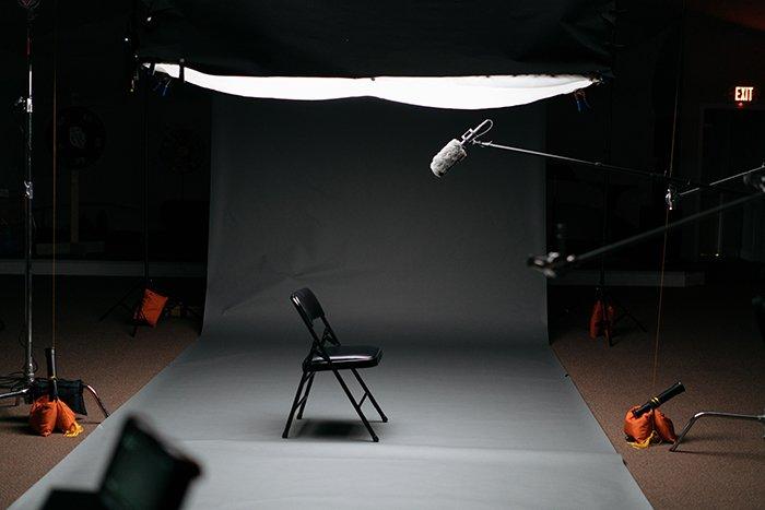 Фотография установки фотостудии со стулом посередине