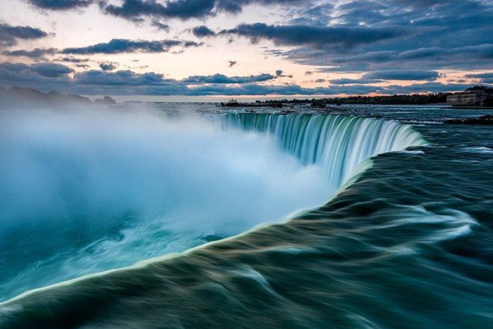 Photo of the Niagara waterfall at sunset