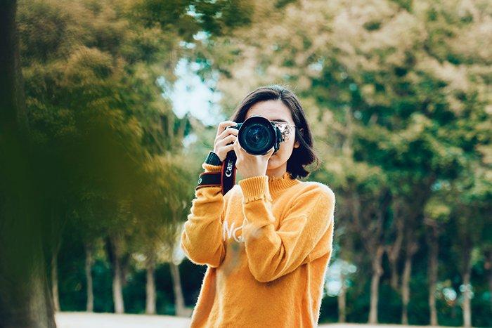 一个女人在相机前拍照