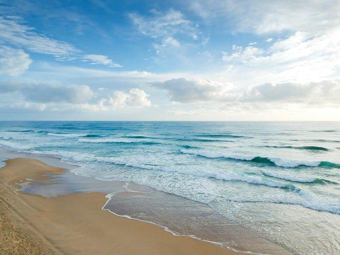 Daytime long exposure of the seashore