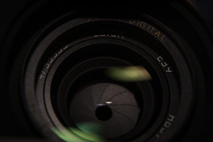 关闭开头在透镜的孔的图象