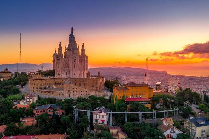 A sharp photo of a church in Barcelona at sunset