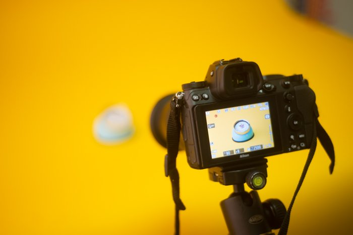 A DSLR shooting a product image