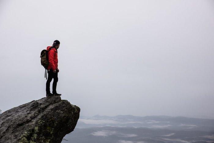 一个人站在岩石上