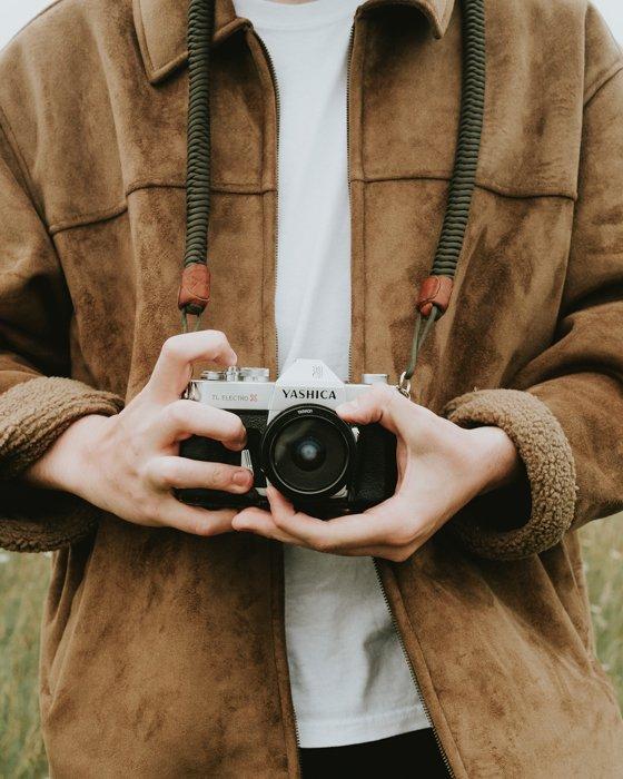 拿着照相机的风景摄影师