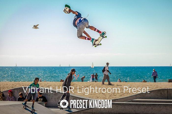Um skatista de meias coloridas, na praia, pulando alto.