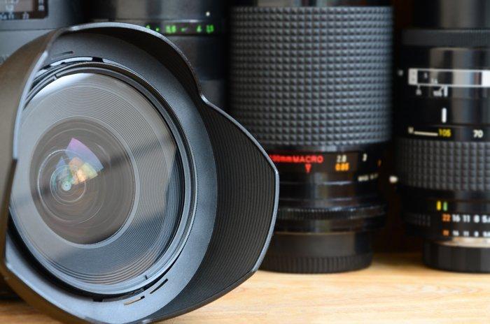 Um close-up de uma lente principal com uma lente macro ao fundo