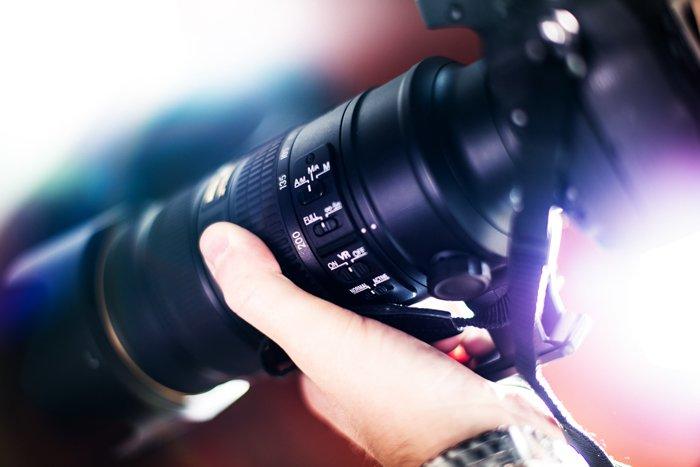 um close up dos ajustes manuais de uma lente telefoto