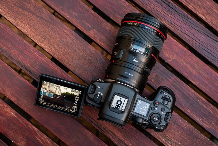 Image of the Canon R5 from the top with tilting screen