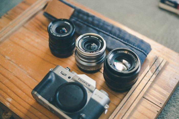 Imagem de uma câmera sem espelho com lentes em uma mesa