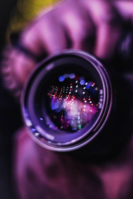 Luzes de bokeh dentro de uma lente