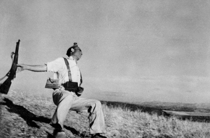 Robert Capas famous photo of the falling soldier